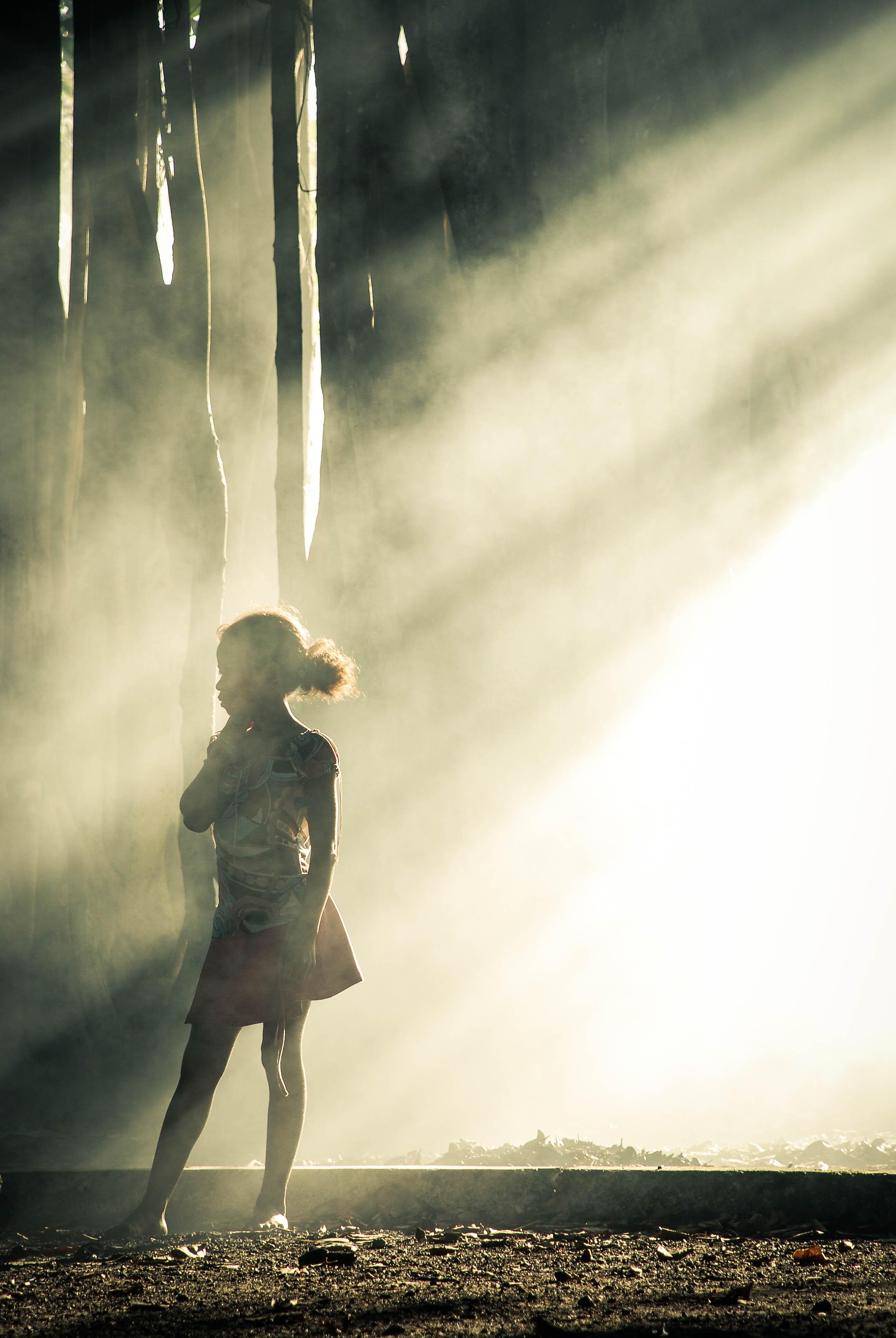 reportage, photo reportage, photographe, laurie diaz, street, rue, street photography, enfants, madagascar, dust, poussière, lumière, rayon, soleil, beauté, contre jour, couleur, ambiance, people