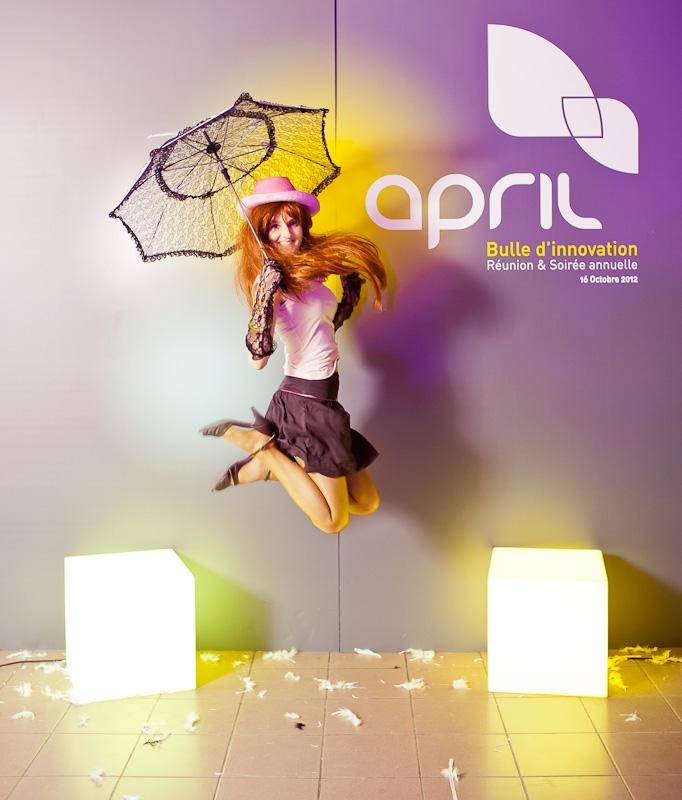 portrait Team Building par l'amazing Studio pour April, lors de la soirée annuelle, d'une femme tenant une ombrelle en dentelle. Elle est rousse.