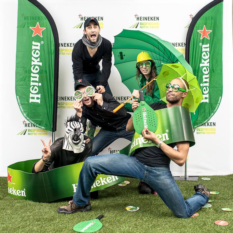 Photo Team Building par Amazing Studio,  pour la marque Heineken. Portrait d'un groupe de 5 personnes, dans les tons vert, noir et blancs.