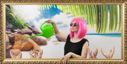 AzeLdfTghAjkLyuT4 Un arrosoire à la plage dans un cadre | lunette péruque | Idée d'activité photocall originale et animation pour séminaire et soirée d'entreprise