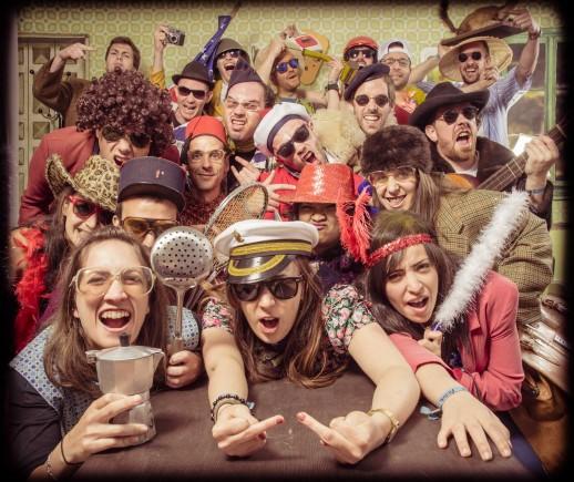 Très grand groupe d'amis réuni autour d'une table et déguisé pour l'organisation de l'enterrement de vie de célibataire de leur meilleur amie, animation entre copines fun et décalée pour enterrement de célibataire. idées d'activités originale et insolites pour un enterrement