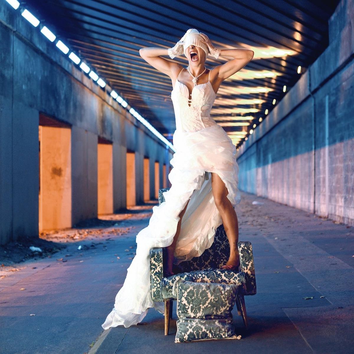 photo de mariee pour exposition photo serie Sofabsurde Etienne RUGGERI biennale art contemporain lyon