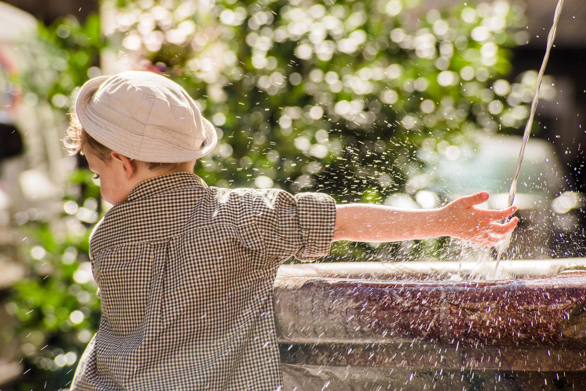 Etienne Regis Photographe à Toulouse, toulouse, lyon, fontaine, fountain, kid, water, eau, water, enfant, reflexion, game, natural light, extérieur, lumière naturelle