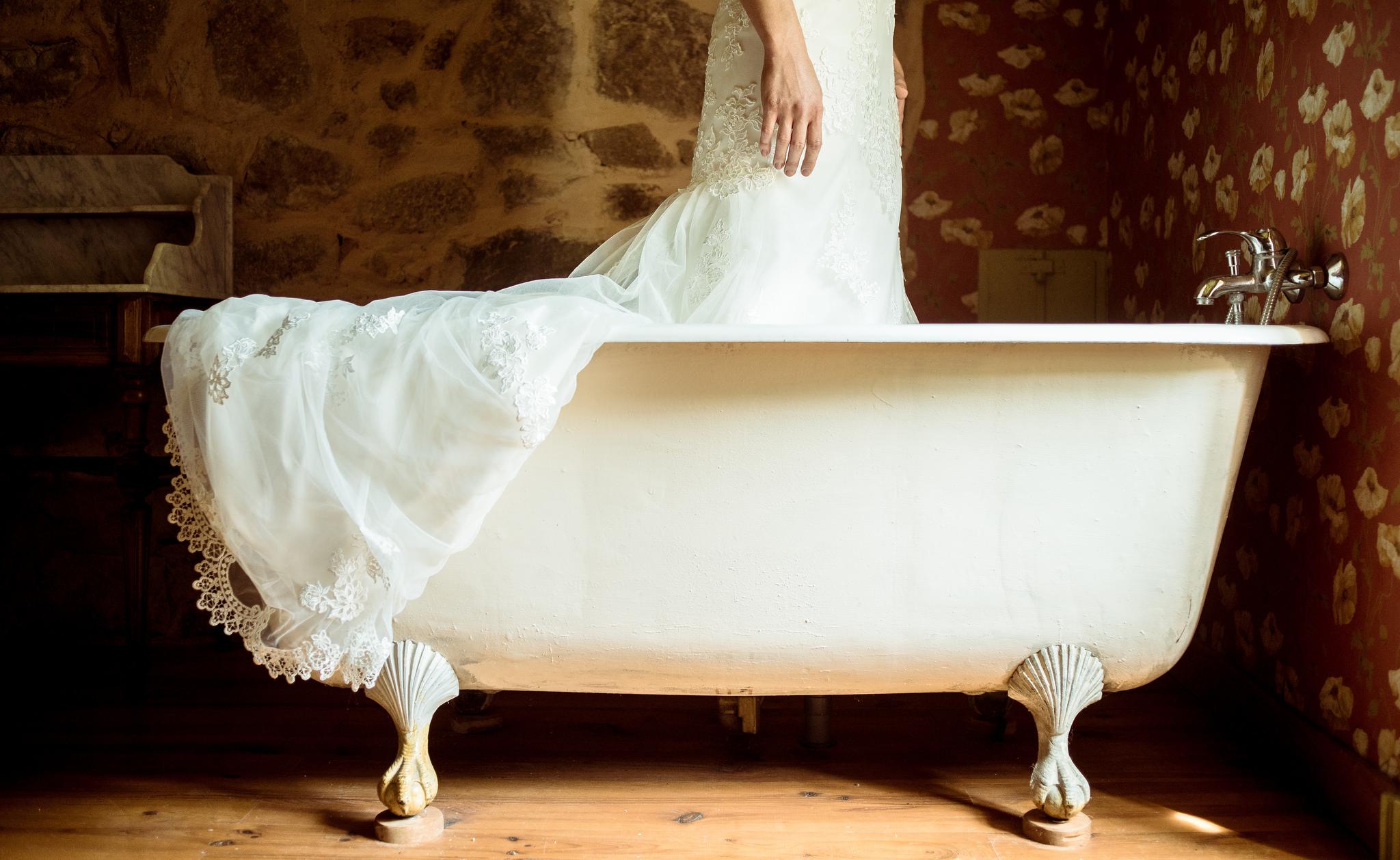 Etienne Regis Photographe à Toulouse, photographe toulouse, reportage, mariage, robe, baignoire, couleurs, chaud, femme, préparation, dentelle