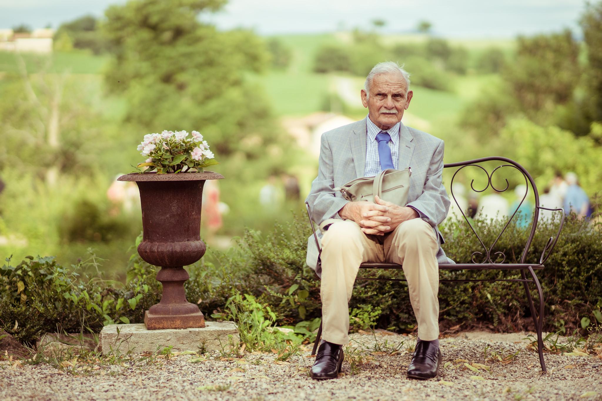 Etienne Regis Photographe à Toulouse, photographe toulouse, toulouse, lyon, mariage, old man, banc, fleur, flower, natural light, extérieur, lumière naturelle