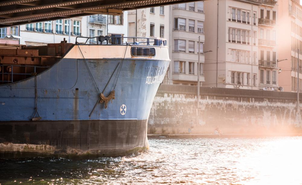 Etienne Regis Photographe à Toulouse, photographe toulouse, Lyon, quais de saone, bateau, boat, reflet, lumière naturelle, exterieur, soleil, sun, eau