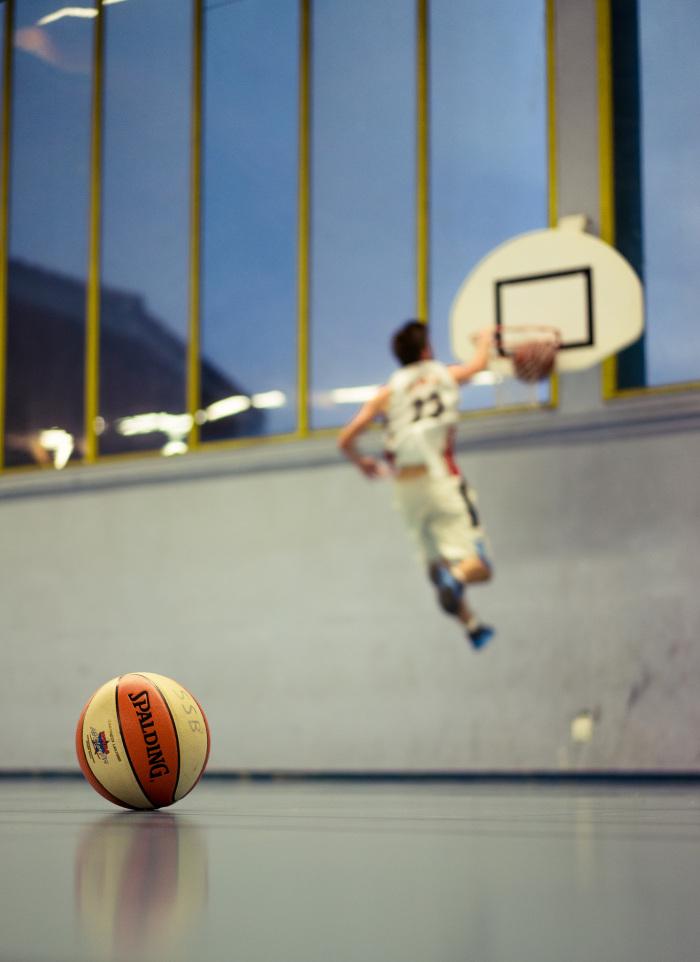 Etienne regis, photographe toulouse, reportage, basket, gymnase, saut, bleu jaune, flou, reflet, panier, sportif, basketteur, ballon