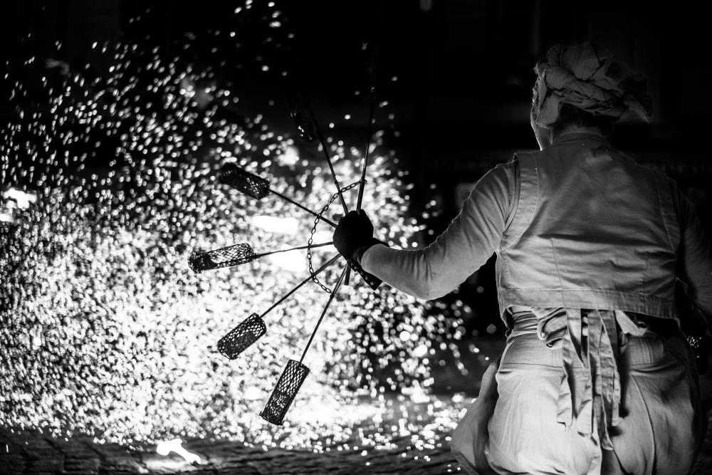 Etienne Regis Photographe à Toulouse, Etienne regis, photographe toulouse, festival, festival Aurillac, reportage, feu, braise, noir et blanc, spectacle de rue, femme, robe