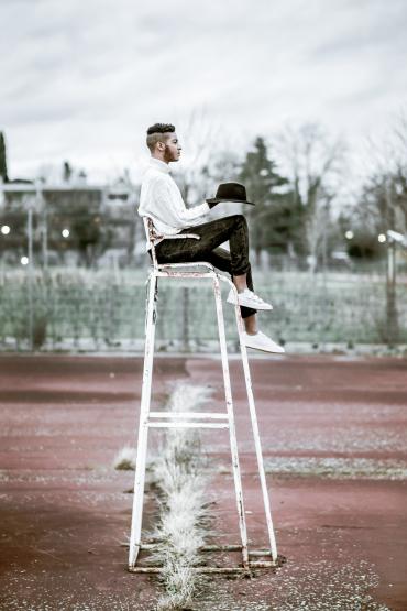 Etienne Regis Photographe à Toulouse, exterieur, chaise, tennis, mode, chapeau, echelle, lumière naturelle, Toulouse