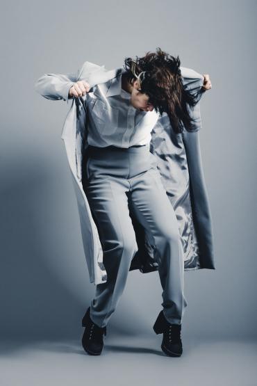Etienne Regis Photographe à Toulouse, photographe toulouse, studio, mouvement, dancing, danseuse, mode, shooting studio, danse, veste, gris, classy