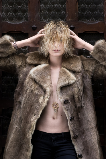 Etienne regis, studio photo toulouse, exterieur, fourure, fur, blonde, hair, cheveux, porte, door, lumière naturelle, portrait