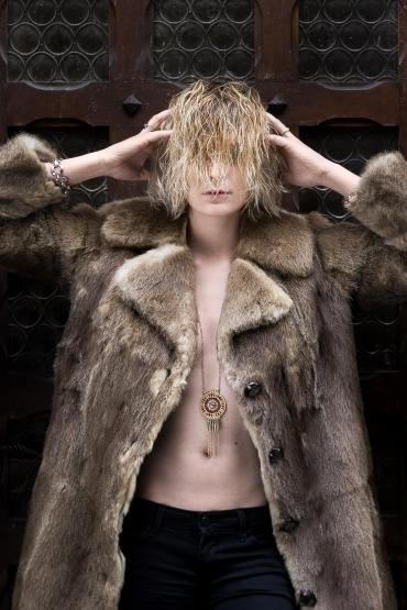 Etienne regis, photographe toulouse, exterieur, fourure, fur, blonde, hair, cheveux, porte, door, lumière naturelle, portrait