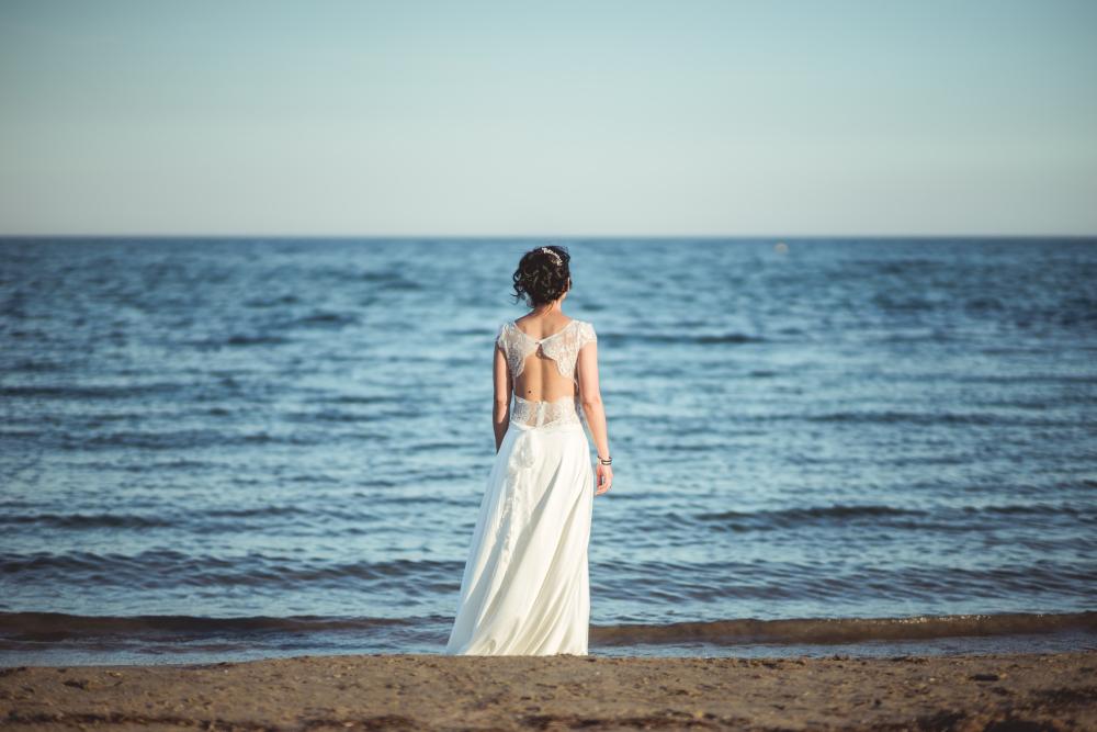 Etienne Regis Photographe à Toulouse, photographe toulouse, reportage, mariage, robe, mer, couleurs, acéan, pensée, préparation, dentelle, sable, eau