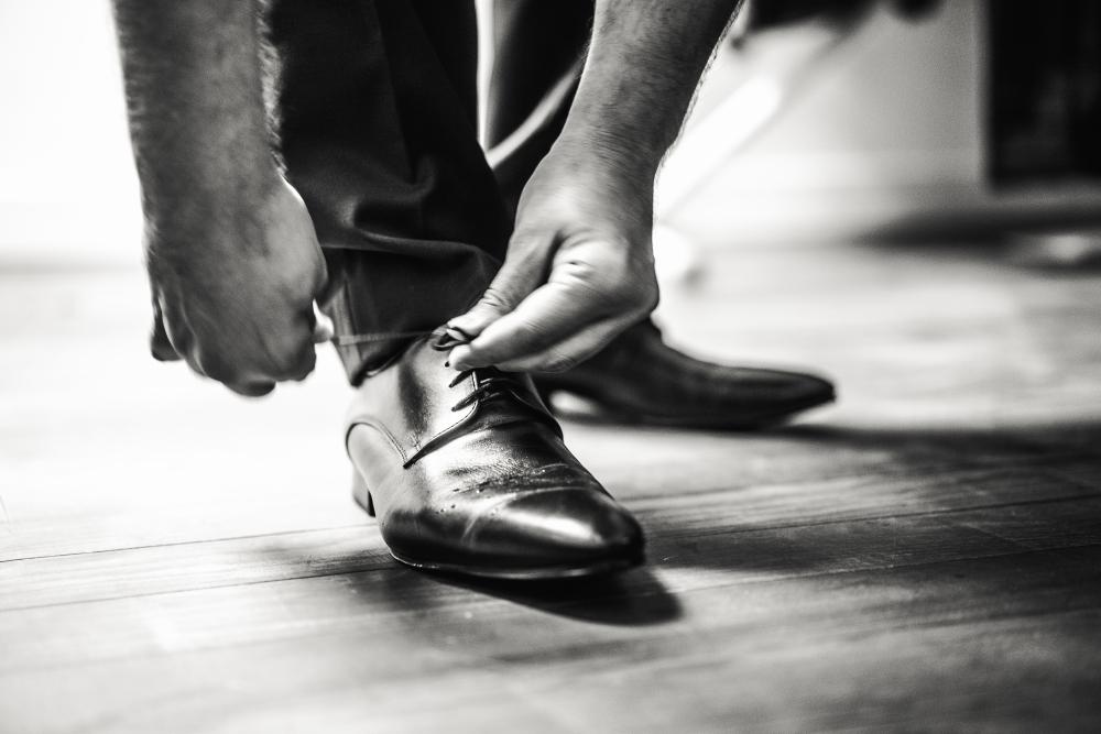 Etienne Regis Photographe à Toulouse, photographe toulouse, reportage, mariage, chaussures, shoes, noir et blanc, noir et blanc, homme, lacet, cuir, reflet