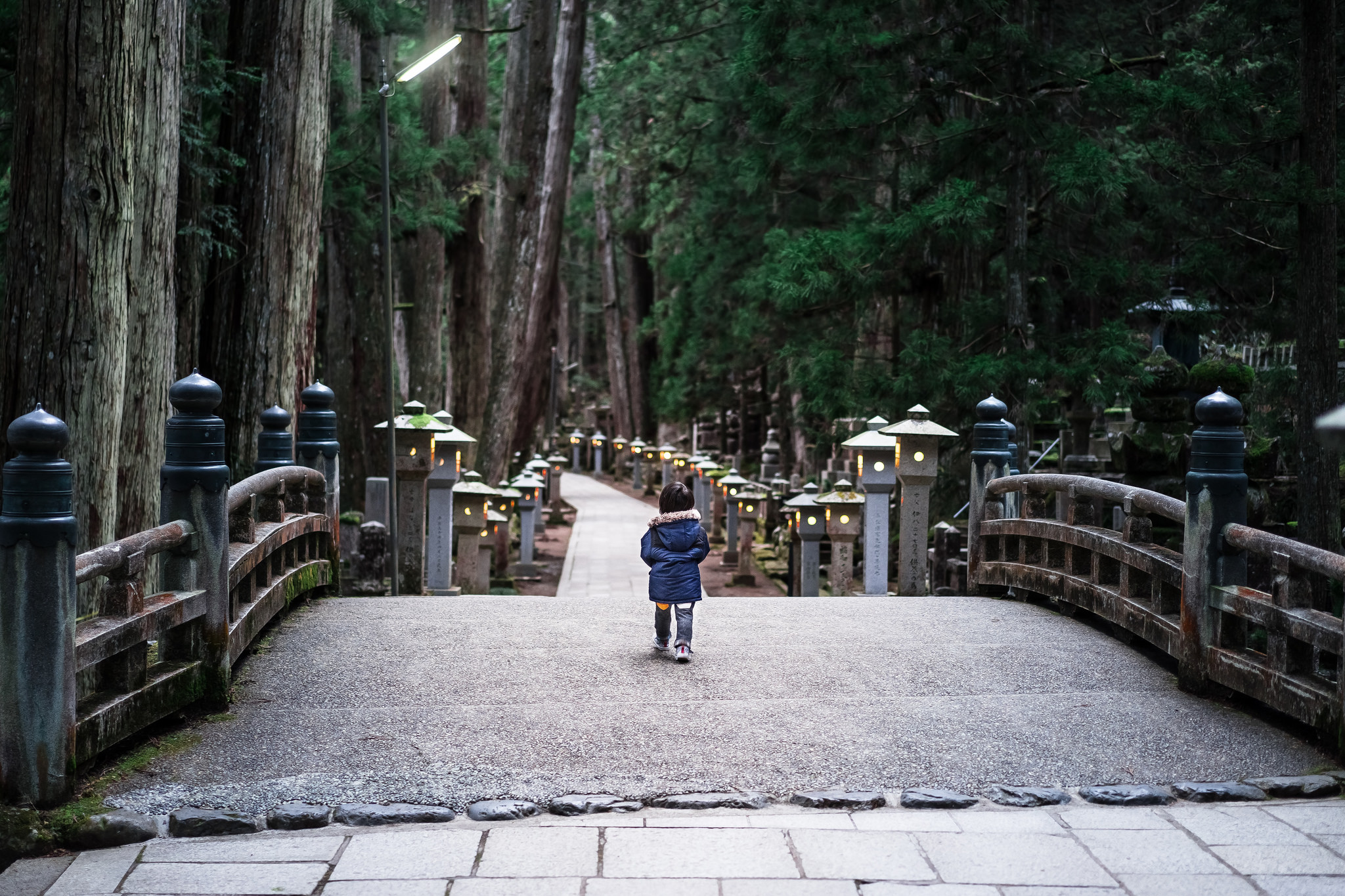 Etienne regis, photographe toulouse, Japon, Japan, voyage, kid, Japanese, enfant, natural, cimetierre, colours, lights, natural light, extérieur, lumière naturelle