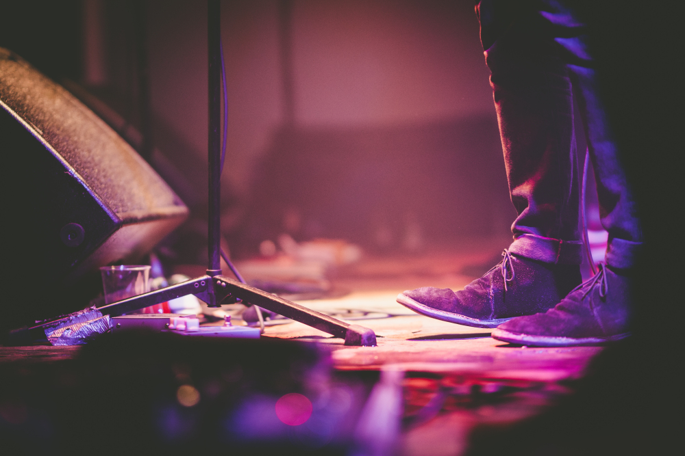 Etienne Regis Photographe à Toulouse, photographe toulouse, concert, projecteurs, projectors, chanteur, guitariste, musicien, pieds, couleurs