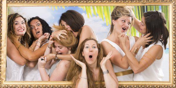 Bataille générale entre copine autour de la mariée, animation entre copines fun et décalée pour enterrement de célibataire