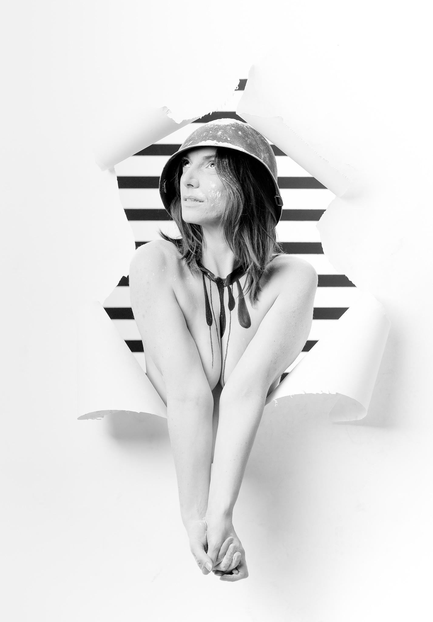 seance shooting photo lyon, photo de femme, photo studio, fond papier dechire, rayure