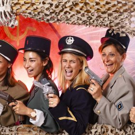 EVJF, Amazing Rembrandt, enterrement de vie de jeune fille à Lille, enterrement de vie de jeune fille à Lyon, enterrement de vie de jeune fille à Toulouse, enterrement de vie de jeune fille à Paris, evenement d'entreprise, studio photo, photo de famille, portrait de famille, photocall, photographie sur décor avec accéssoires et déguisements pour EVJF, EVJF à Lyon, EVJF à Lille, EVJF à Toulouse, EVJF à Paris, idée d'activité originale pour enterrement de vie de jeune fille