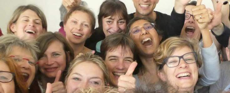 activité de yoga pour organiser un EVJF à Lyon, le yoga du rire est une activité insolite pour tous vos EVJF à Lyon