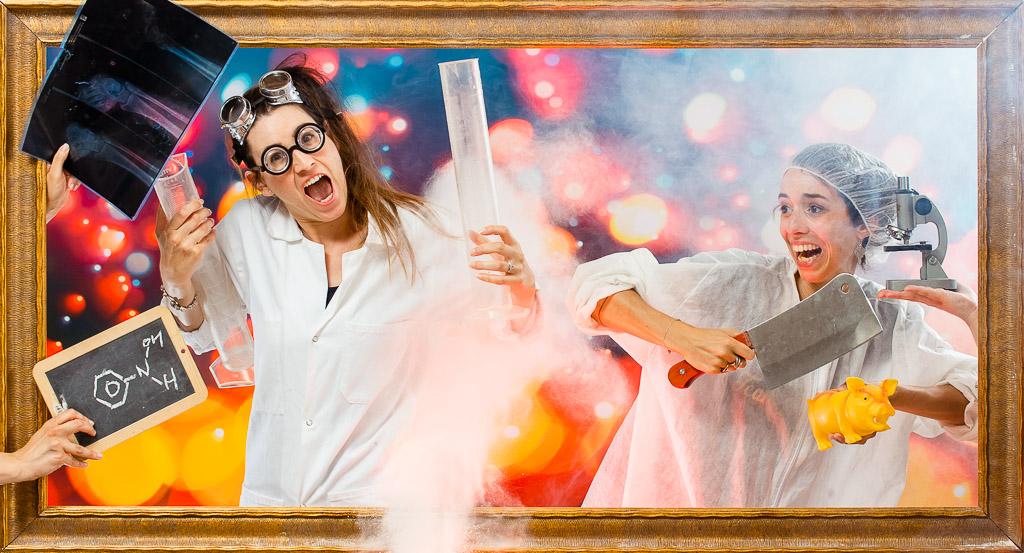 2 femmes font leur recherche sur le nouveau vaccin du Covid19 et sur les effets de la Chloroquine. Leur résultat explosif les rend heureuses. Une idées d'activité pour enterrement vie de jeune fille ainsi qu'une séance de photo en studio. Animation originale et décalée pour passer un moment fun entre amies dans le centre ville. Séance photo décalée sur plusieurs décors avec déguisements dans un studio photo du le centre ville
