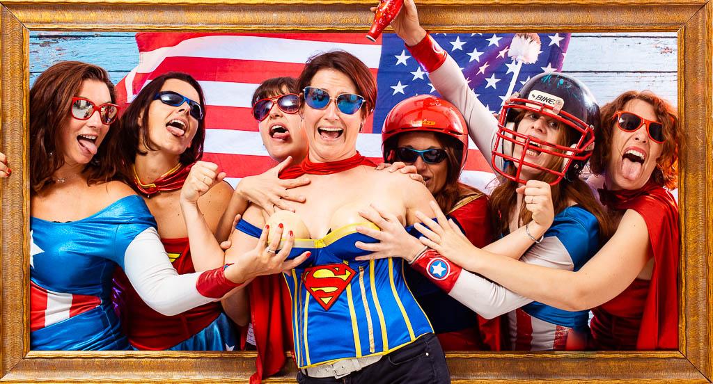 Réunion de plusieurs bonnes copines déguisées en super héros afin de réaliser le meilleur EVJF de l'année. Une idées d'activité pour enterrement vie de jeune fille ainsi qu'une séance de photo en studio. Quelle sont les animation les plus originales pour un enterrement de vie de célibataire. Séance photo décalée sur plusieurs décors avec déguisements dans un studio photo du le centre ville