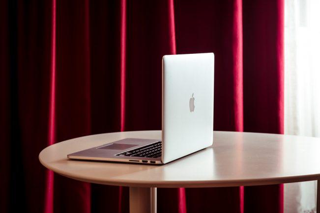 photo pour professionnels, reportage, reportage en entreprise, photo corporate, corporate, ordinateur, rideau, table, rouge, prestation pro, photo de produit, entreprise