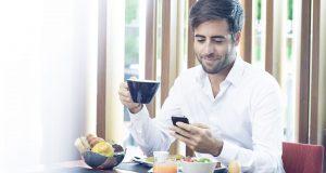 Reportage Lifestyle dans un hotel, portrait homme au petit dejeuner le matin