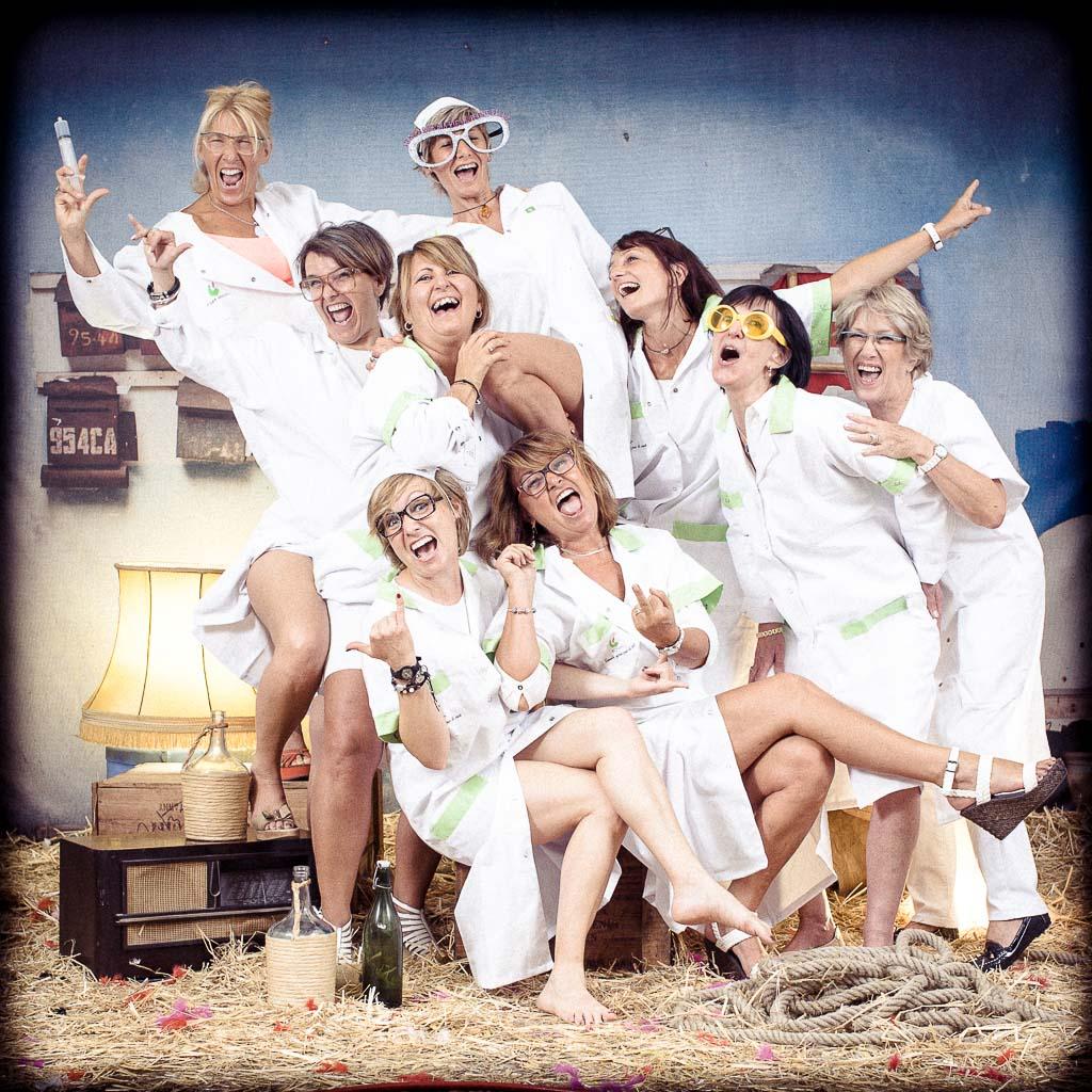 Groupe de jeunes femmes faisant la fête habillées en déguisement d'infirmière, activité fun et décalée