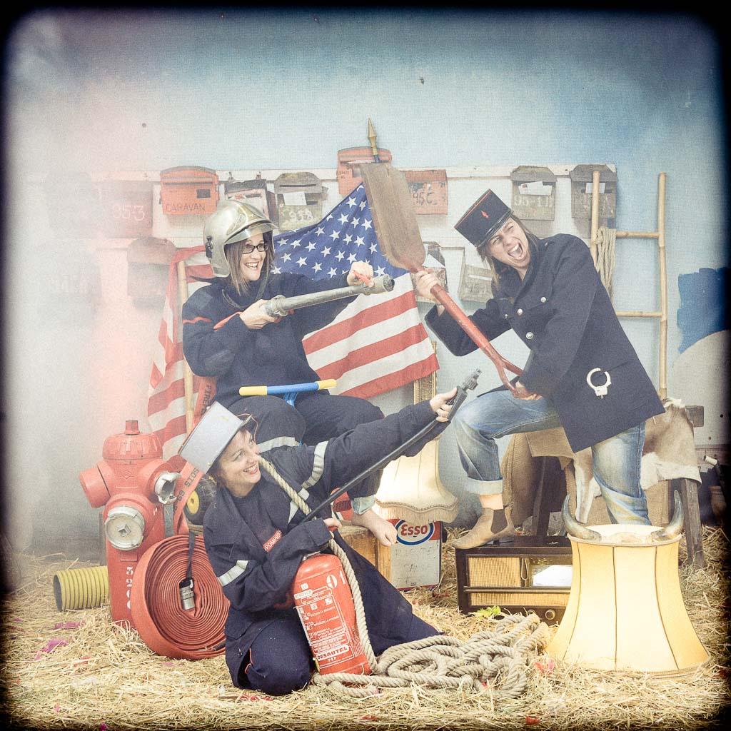 3 femmes déguisées en pompier avec un drapeau américain,enterrement de vie de jeune fille fun et décalée