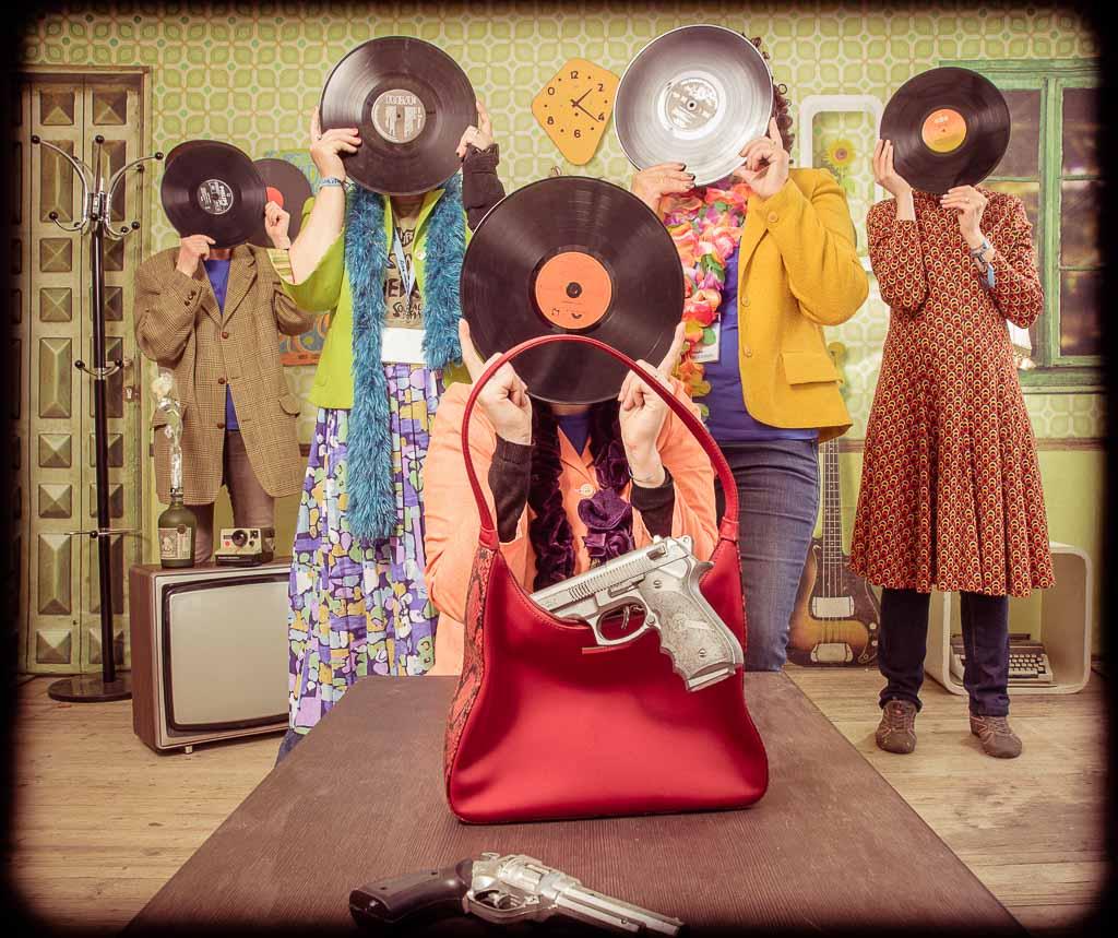Plusieurs filles déguisées en vielles dames avec un disque vinyl devant la tête, activité fun et décalée