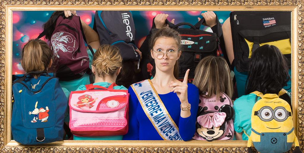 Maitresse d'école avec ses élèves et leur sac à dos, activité fun et décalée