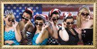 Groupe de femmes américaine en deguisement vintage année 50 et lunette de soleil pour le mariage de leur meilleure amies, animation entre copines fun et décalée pour enterrement de célibataire. idées d'activités originale et insolites pour un enterrement