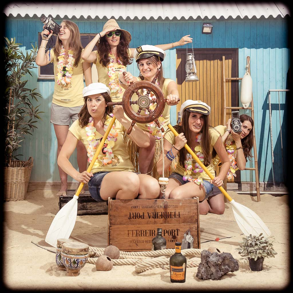 Groupe de jeunes femmes habillées en T-shirt jaune sur un bateau à rame, fun et décalée
