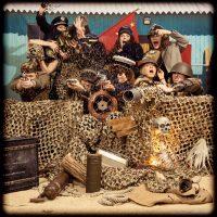 Scène de guerre sur une plage avec des femmes déguisées en commandant avec la mariée, animation entre copines fun et décalée pour enterrement de célibataire