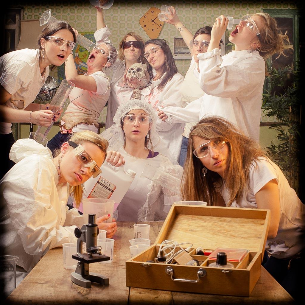 Groupe de femmes chimiste réalisant des expériences, enterrement de vie de jeune fille fun et décalée