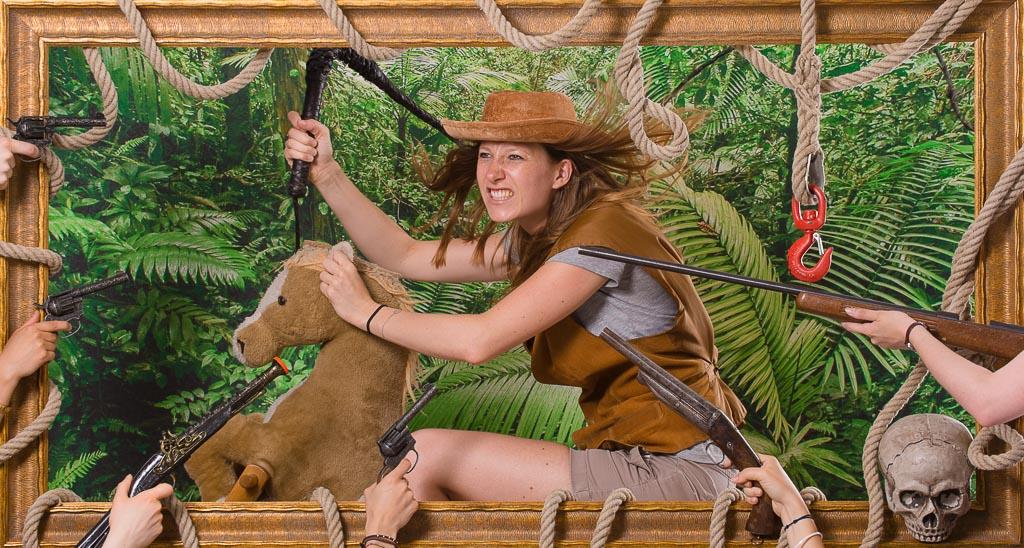 Une femme déguisée en cowboy chevauchant son cheval au galop afin de rejoindre ses amies et fêter dignement son EVJF à Lyon. Cette scène se déroule Lors de l'organisation d'une activité d'EVJF à Lyon au studio Le Carré