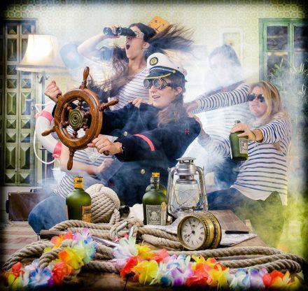 Un groupe de meilleures amies se sont déguisées en commandant de la marine et pilotent un bateau. Elles affrontent le vent, l'eau, la mer toutes ensemble pour leur copine qui va bientôt se marier. La scène se déroule lors d'une séance shooting photo au studio le carré de Lyon