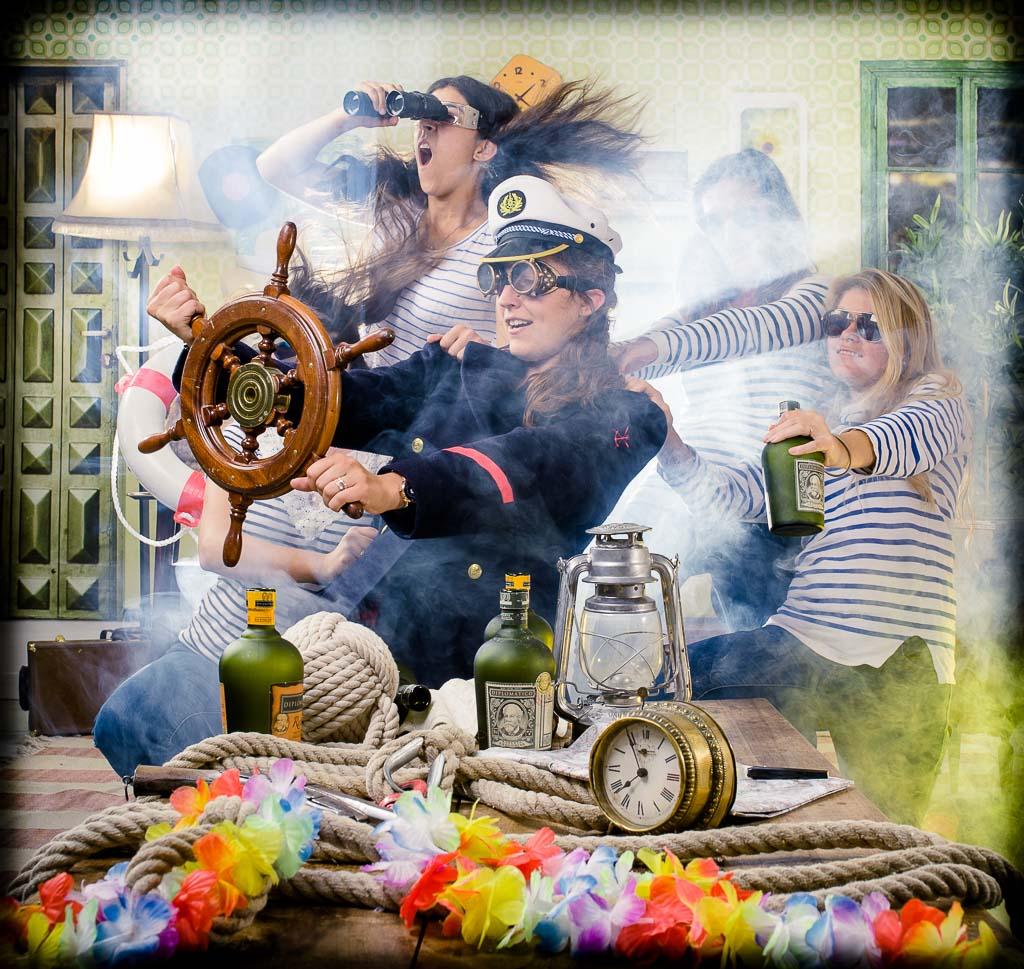 Groupe de femmes déguisées en commandant de la marine et affrontant la tempête, enterrement de vie de jeune fille fun et décalée