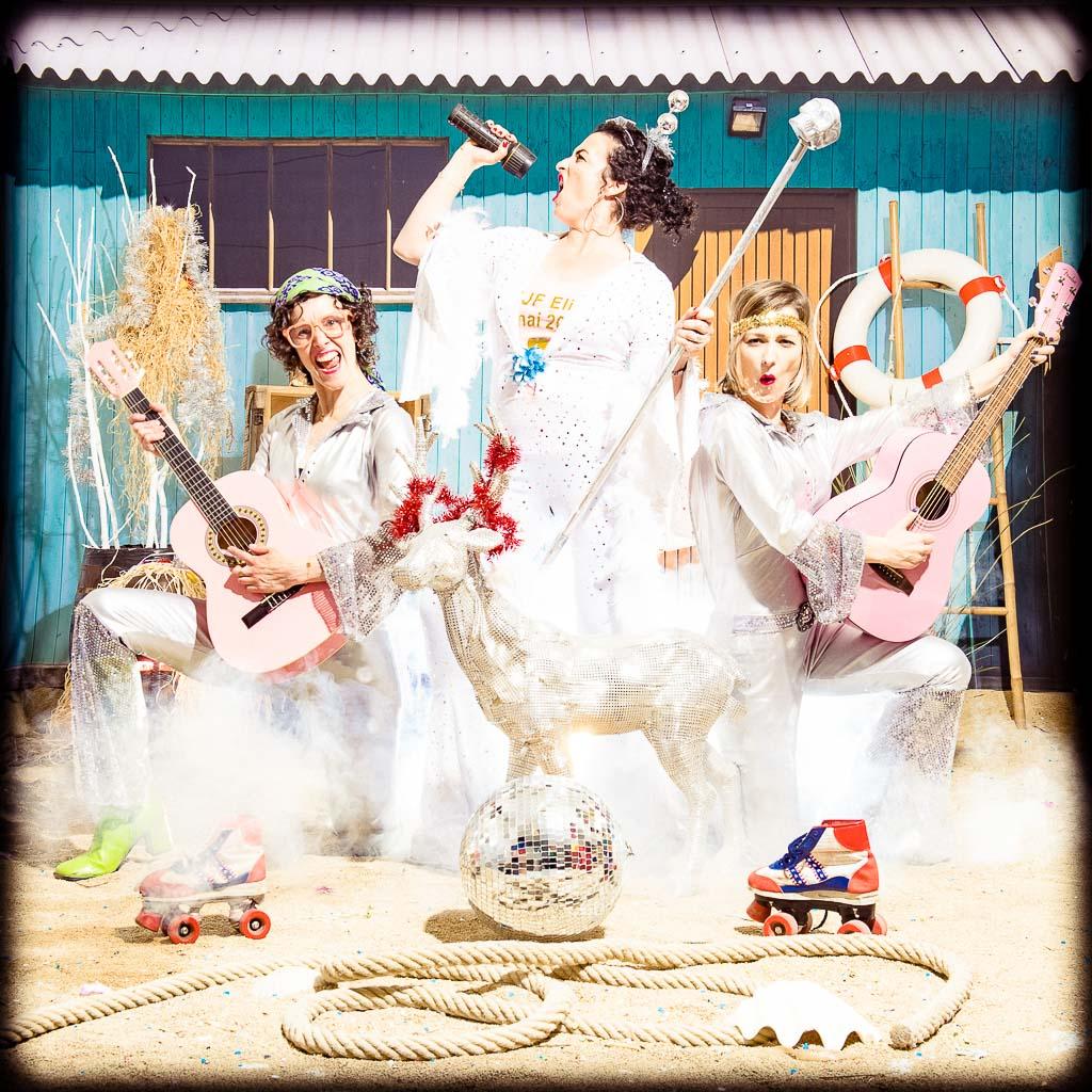 Groupe de femmes faisant la fête déguisée en groupe de musique disco à paillettes, enterrement de vie de jeune fille fun et décalée