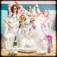 Groupe de copines déguisées en groupe de disco et paillettes pour faire la fête, enterrement de vie de jeune fille fun et décalée