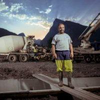Reportage Lifestyle suivi de chantier pour une entreprise de BTP, portrait homme et camion le matin