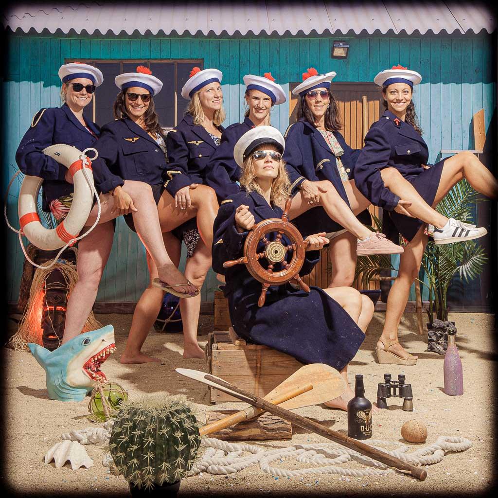 Origine enterrement de vie de jeune fille. Un groupe de copines se sont toutes déguisées en tenues de la marine afin de faire une surprise pour l'EVJF de leur super copines. Histoire, culture de l'EVJF