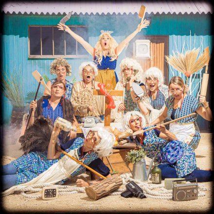 Un groupe de filles se déguisent en mamie dans un décor de plage pour faire les folles. Elles organisent l'EVJF de leur meilleure amie qui ne va pas tarder à se marier pour le meilleur et pour le pire. Mise en scène photographique sur décor dans un studio photo de Lyon idéol pour de groupe d'amies. Une séance photo fun et décalée en groupe jusqu'à 25 personnes dans le centre ville.