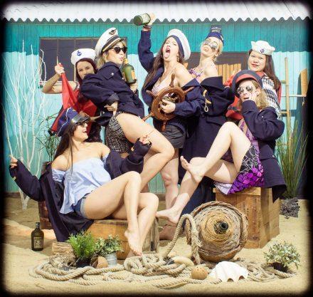 Les filles se déguisent en femme de la marine sur la plage pour fêter dignement leur activité EVJF. Elles sont très sexy afin de provoquer la mari de leur copine mais c'est juste pour rire car c'est un gage que doit subir la mariée. Mise en scène photographique sur décor dans un studio photo de Lyon idéol pour de groupe d'amies. Une séance photo fun et décalée en groupe jusqu'à 25 personnes dans le centre ville.