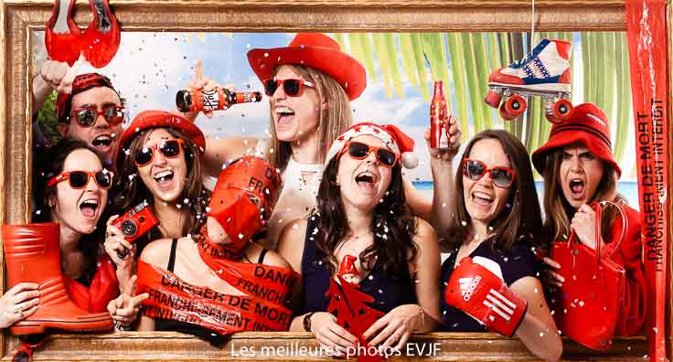 Suporter habillées en rouge elles font la fête entre copines