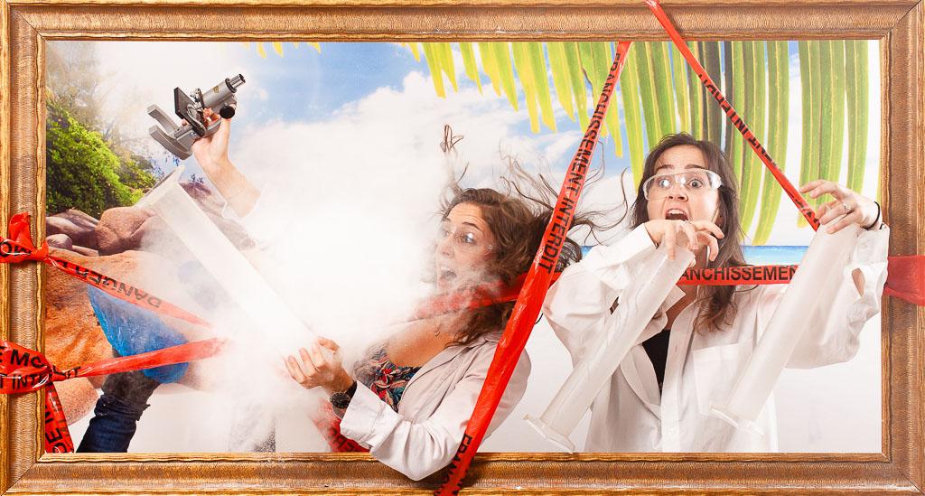 EVJF toulouse. Idée d'activité EVJF à Toulouse. Deux femmes se sont déguisées en chercheur de vaccin Covid19 pour faire la fête avec leur copine qui va se marier dans très peu de temps