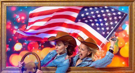 2 copines partent en voiture pour traverser l'Amérique en tenue de cowboy. Elles vont rejoindre le reste de leurs copines pour fêter l'idée enterrement vie de jeune fille à Lyon de leur meilleurs amies. Mise en scène photographique sur décor dans un studio photo de Lyon idéol pour de groupe d'amies. Une séance photo fun et décalée en groupe jusqu'à 25 personnes dans le centre ville.