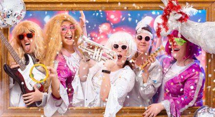 Un groupe de femme déguisées en tenues disco décident de faire la fête pour une idée enterrement vie de jeune fille à Lyon de leur meilleure copine. Mise en scène photographique sur décor dans un studio photo de Lyon idéol pour de groupe d'amies. Une séance photo fun et décalée en groupe jusqu'à 25 personnes dans le centre ville.