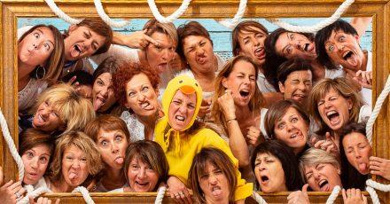 Notre studio photo est capable de recevoir des groupes de 25 personnes pour faire la fête tout le week-end. Venez faire la grimace entre meilleures copines et prendre de belles photos. Vous en garderez un souvenir impérissable. Mise en scène photographique sur décor dans un studio photo de Lyon idéol pour de groupe d'amies. Une séance photo fun et décalée en groupe jusqu'à 25 personnes dans le centre ville.